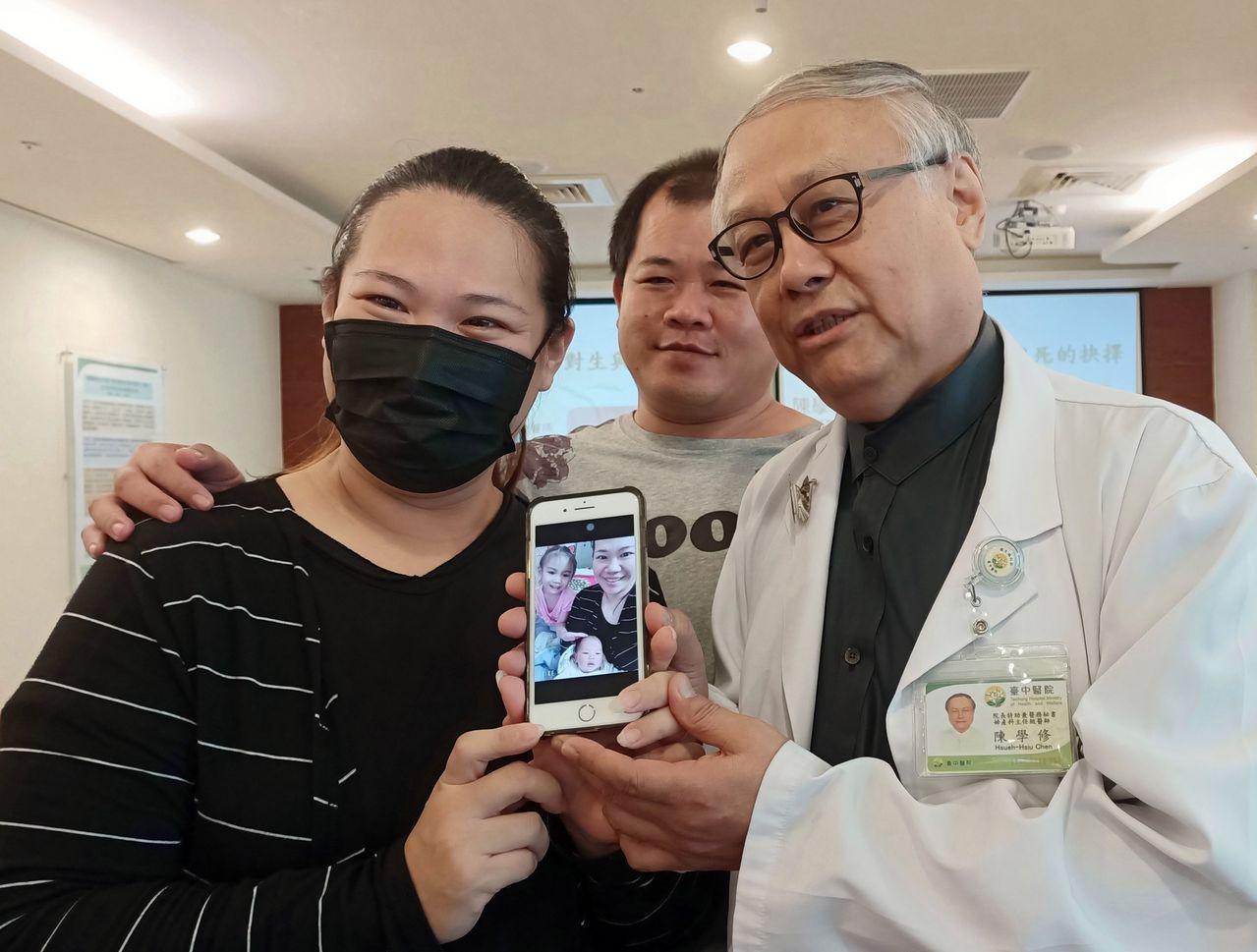 王姓產婦(左)感謝醫師陳學修(右)搶救她和女兒一命。圖/衛福部台中醫院提供