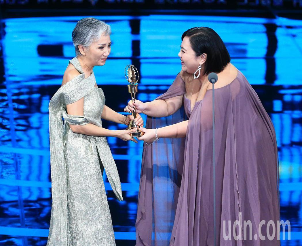 陸弈靜(左)獲得迷你劇集(電視電影)女配角獎。記者林伯東/攝影