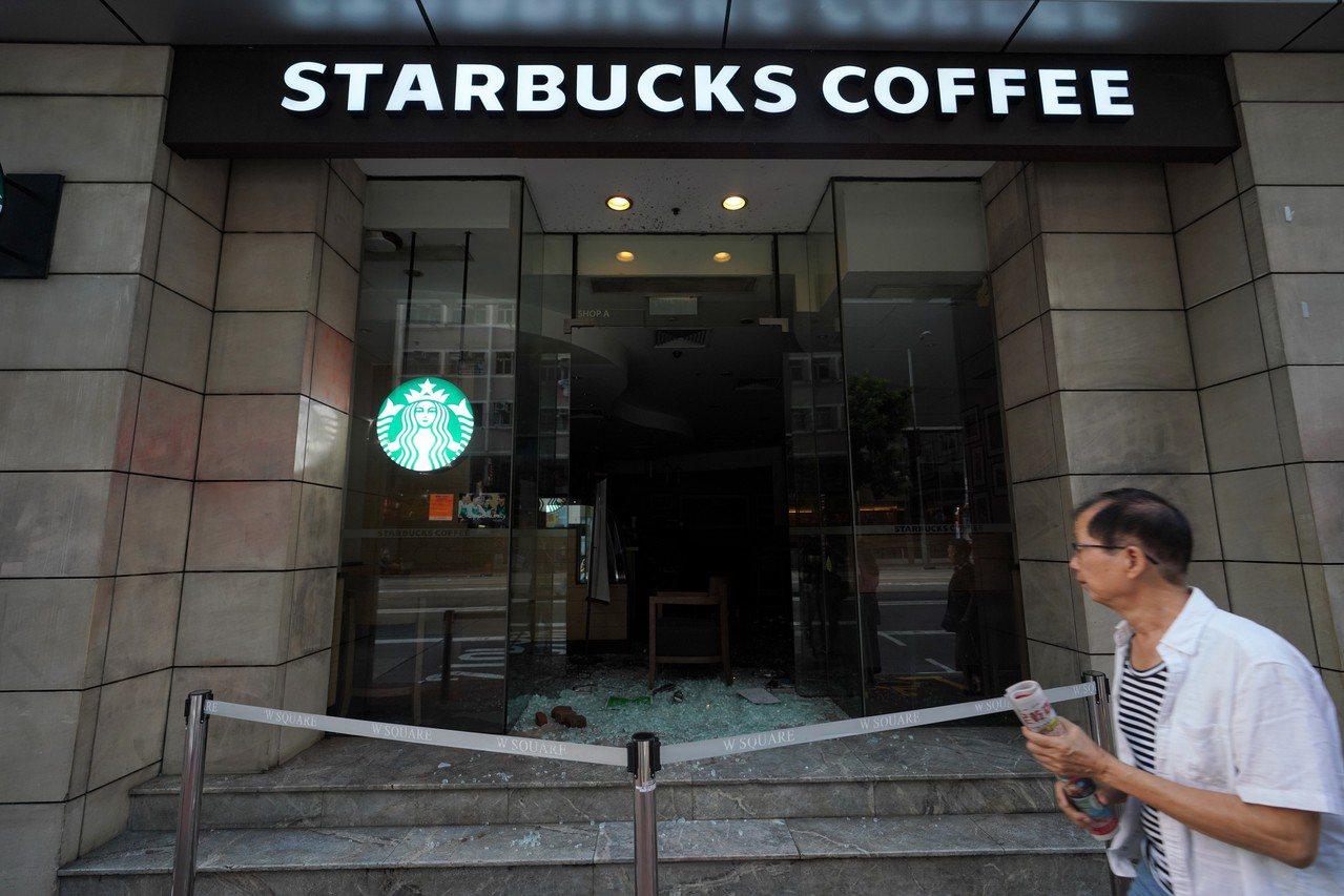 香港灣仔一家被打砸破壞的星巴克咖啡店停業。 中通社