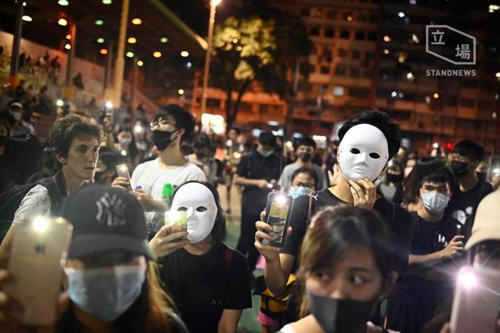 香港政府宣布引用緊急法禁止蒙面,不過今日仍有眾多香港市民參與「反禁蒙面法」示威遊...