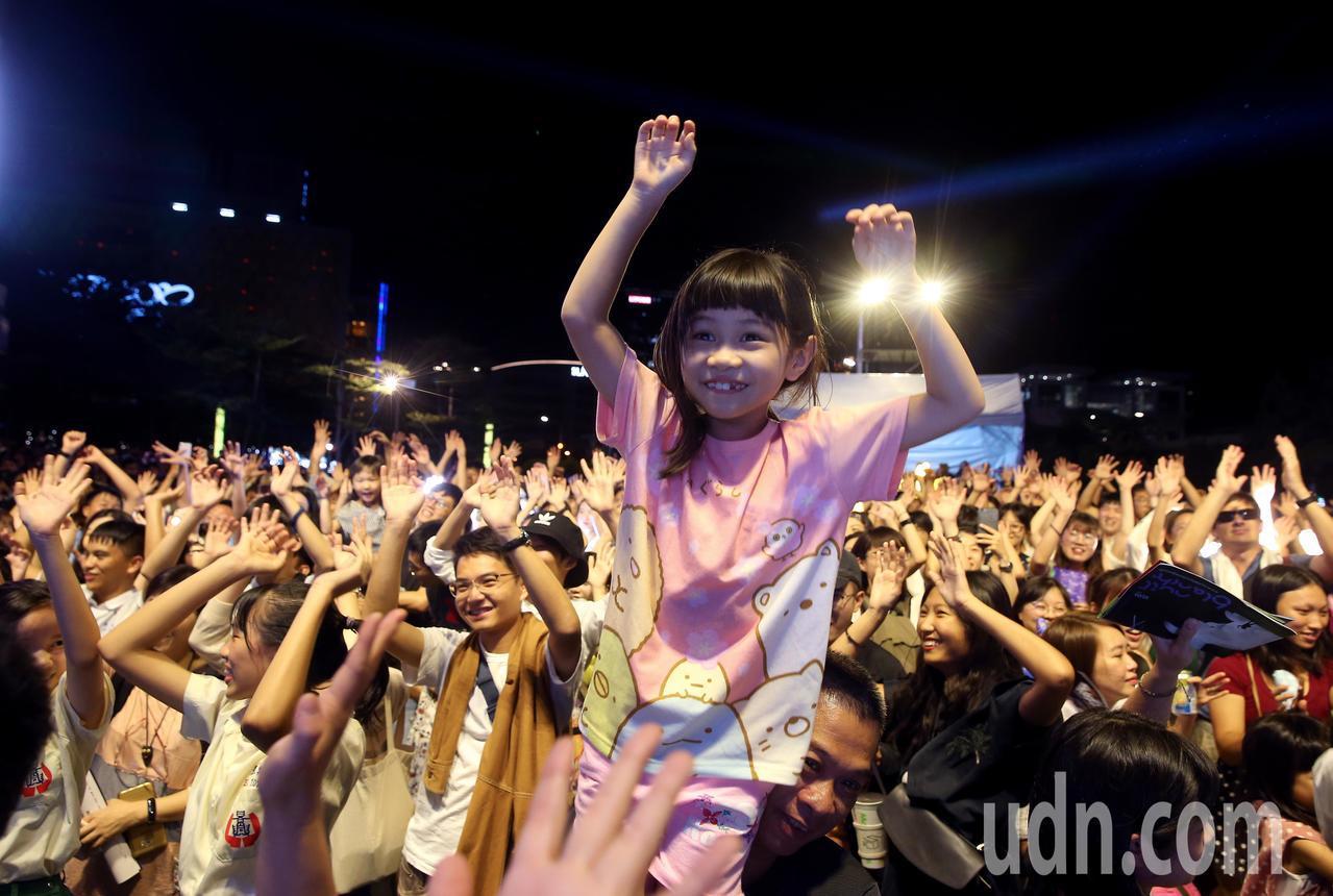 影╱台北白晝之夜今晚登場 民眾戴黑色口罩力挺香港