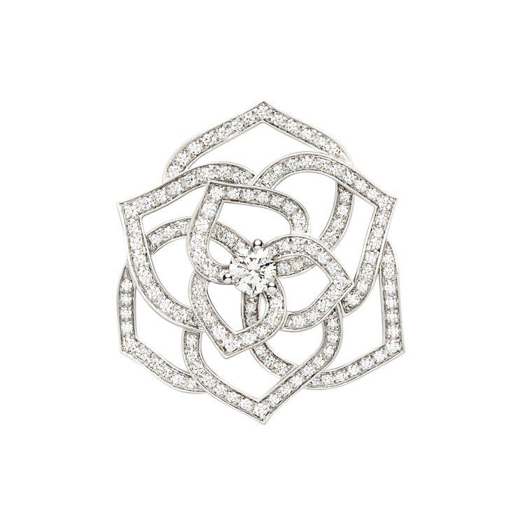 龍劭華配戴的伯爵PIAGET Rose系列18K白金鑽石胸針,47萬8,000元...