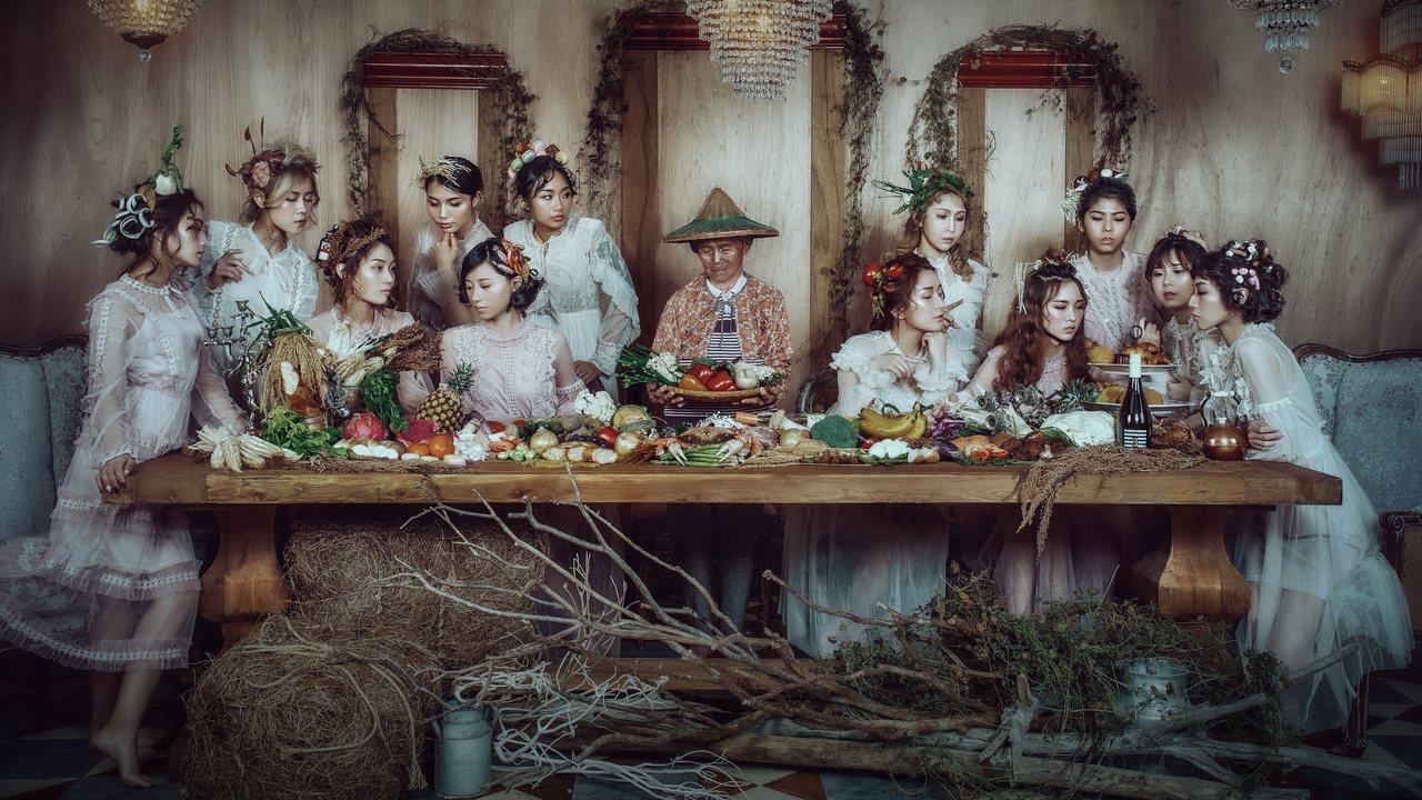 攝影師吳炬定找來自己的阿嬤拍攝「最後的晚餐」農民版,以真實食材作為12名模特兒的...