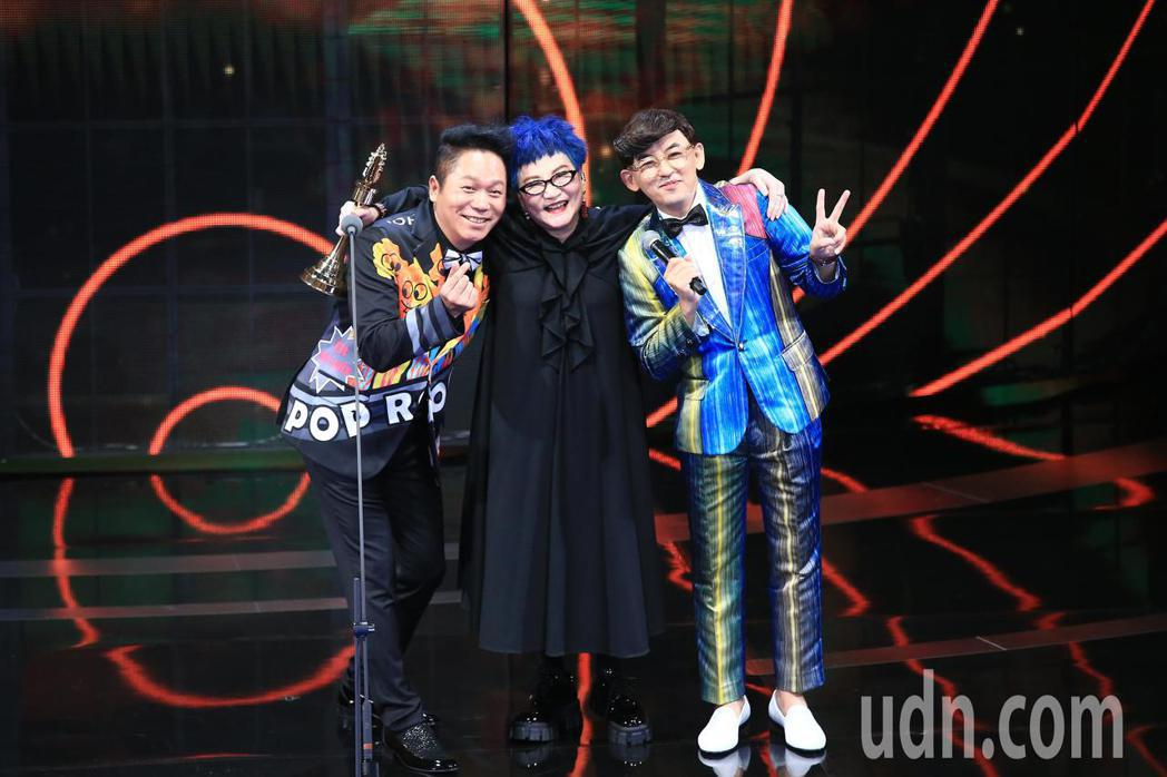 張小燕(中)獲得終身成就獎,與卜學亮(左)、黃子佼(右)合影。記者林伯東/攝影