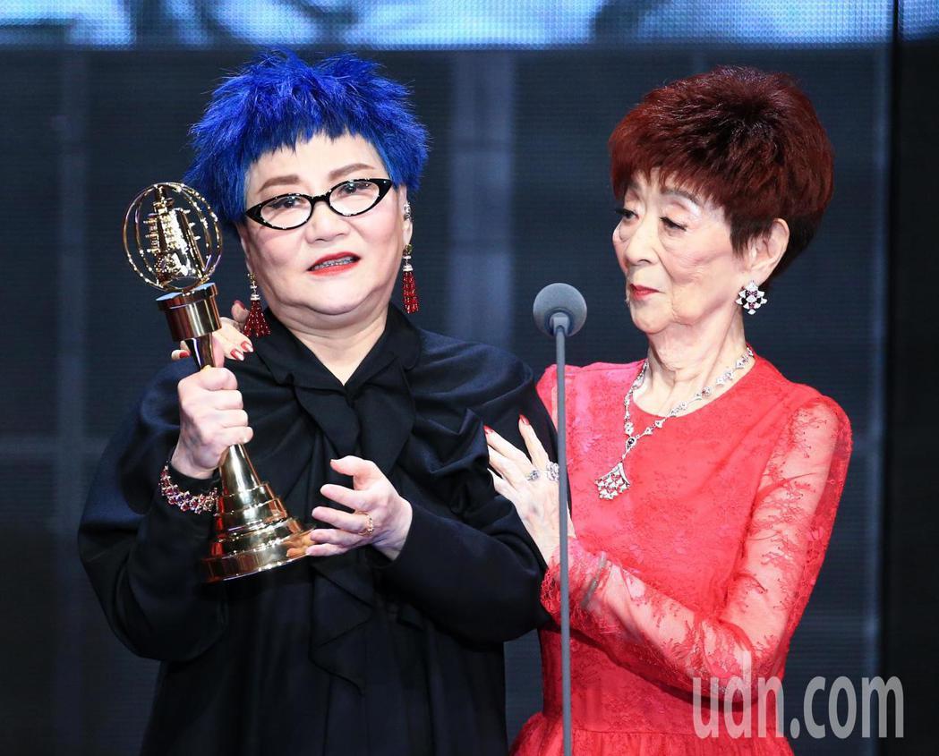 張小燕(左)獲得終身成就獎,94歲的母親一同出席領獎。記者林伯東/攝影