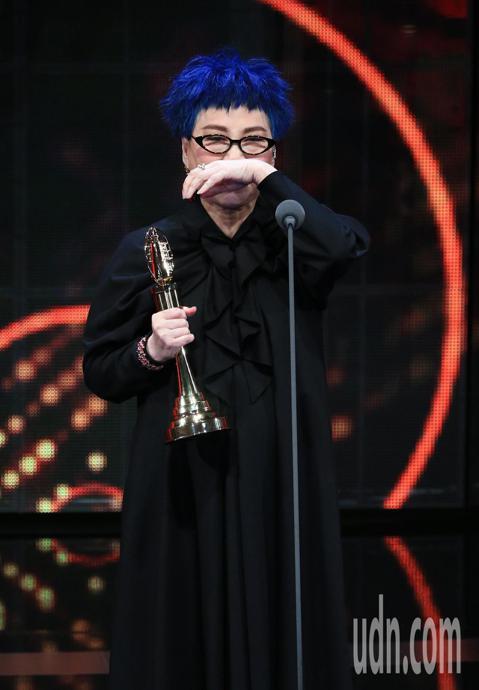 第54屆金鐘獎終身成就獎由張小燕獲得,她在台上的時而幽默、時而感人的致詞,最後與高齡的媽媽同台,讓台下一票巨星哭成淚人兒,包括賈靜雯、王娟、謝盈萱、Lulu都感動落淚,網路上網友的迴響也十足,狂送愛...