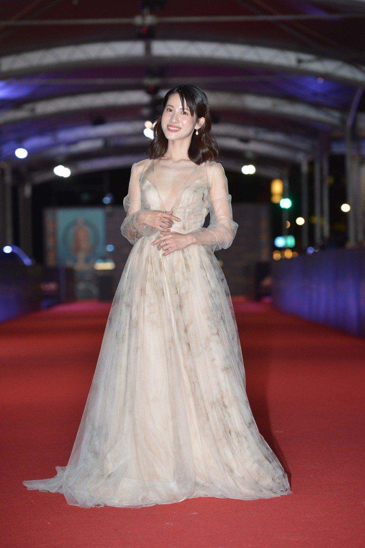 連俞涵穿HONEY SUCKLE訂製禮服、配戴DE BEERS珠寶。圖/金鐘獎提...
