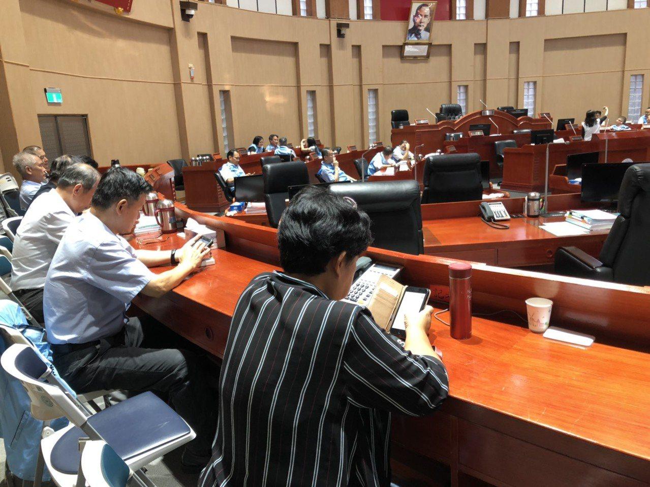 金門縣議會召開臨時會,但因為出席議員未過半而流會空轉,到場的縣府官員只能猛滑手機...