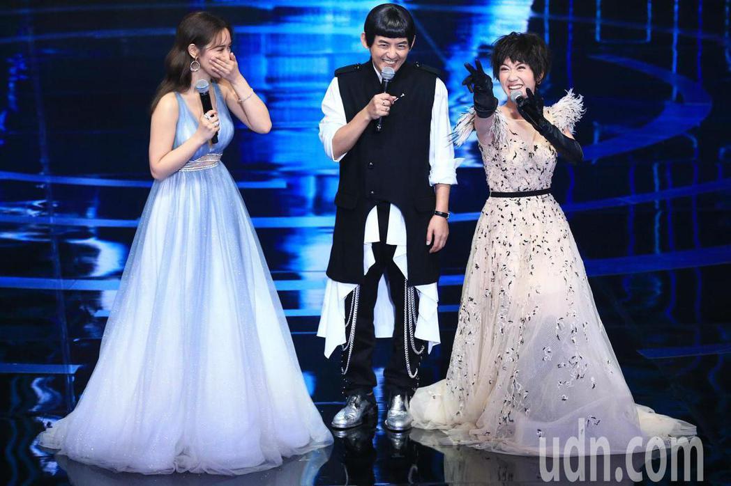 黃子佼(圖中)和吳姍儒(圖左)節目、主持人都獲獎。記者林伯東/攝影