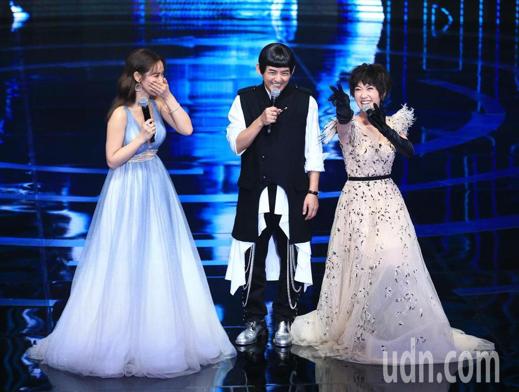 第54屆電視金鐘獎益智及實境節目主持人獎由黃子佼(圖中)、吳姍儒(圖左)以一呼百