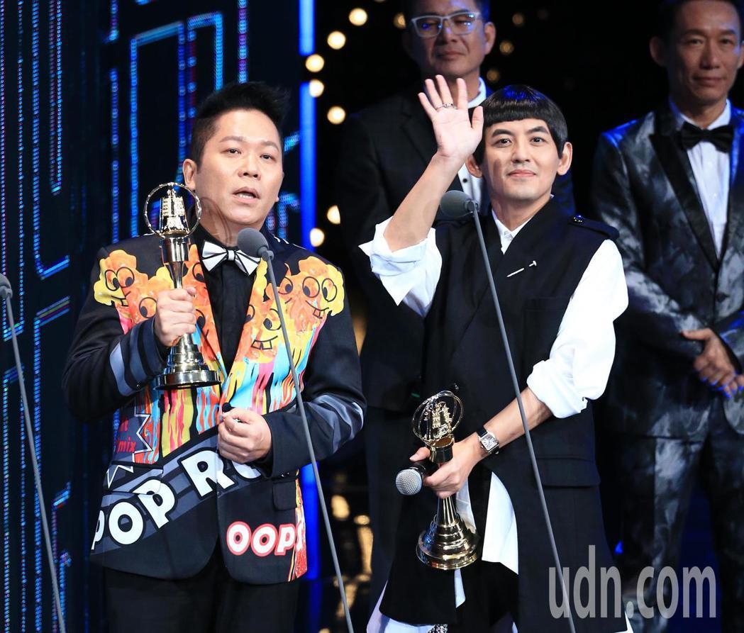 黃子佼(右)與卜學亮獲得綜藝節目主持人獎。記者林伯東/攝影