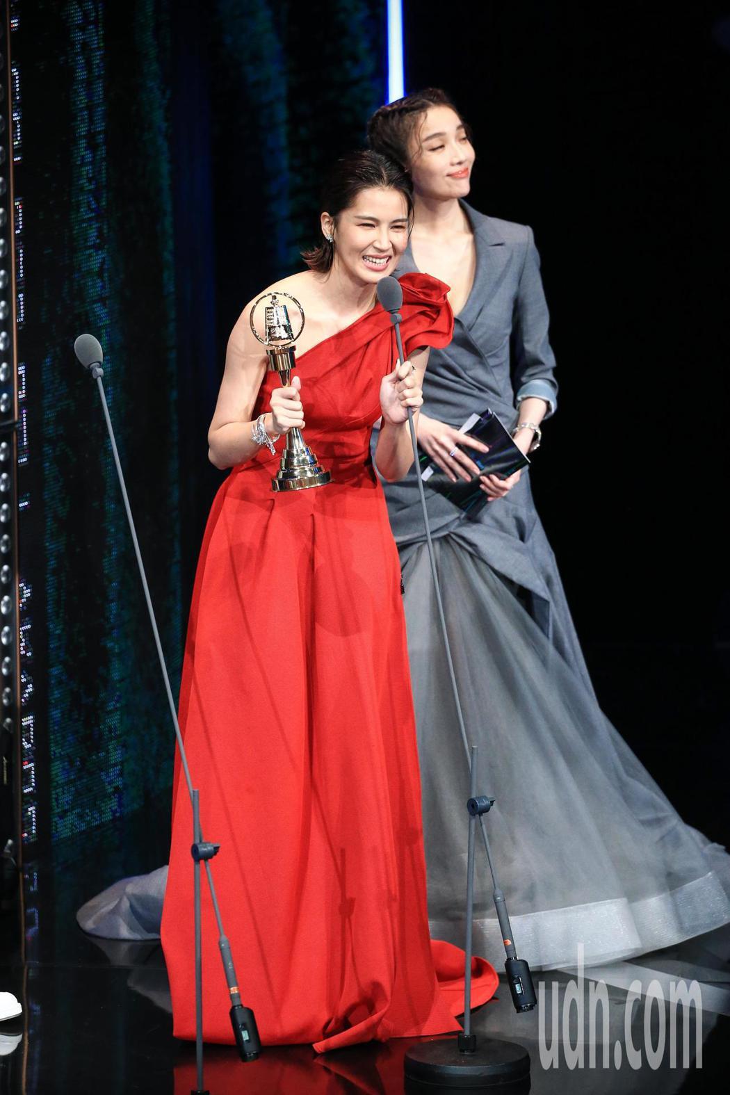 金鐘54/曾沛慈(左)以我們與惡的距離獲戲劇節目女配角獎。記者林伯東/攝影