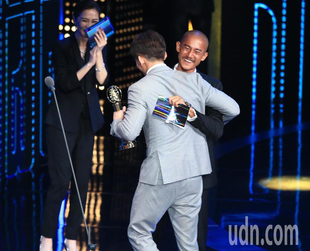 溫昇豪(中)獲得戲劇節目男配角獎。記者林伯東/攝影