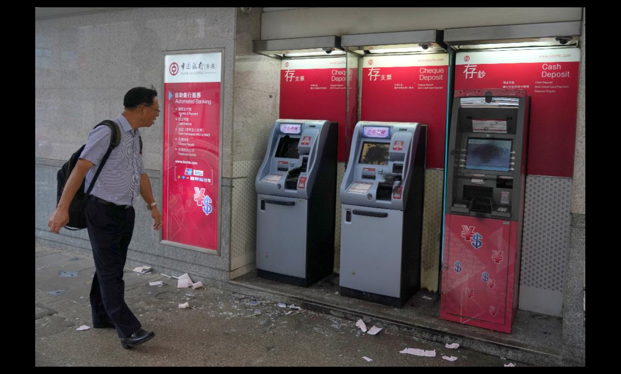 香港超過一成的櫃員機因受損而無法使用,圖為中銀香港在灣仔一處營業點櫃員機4日晚遭...