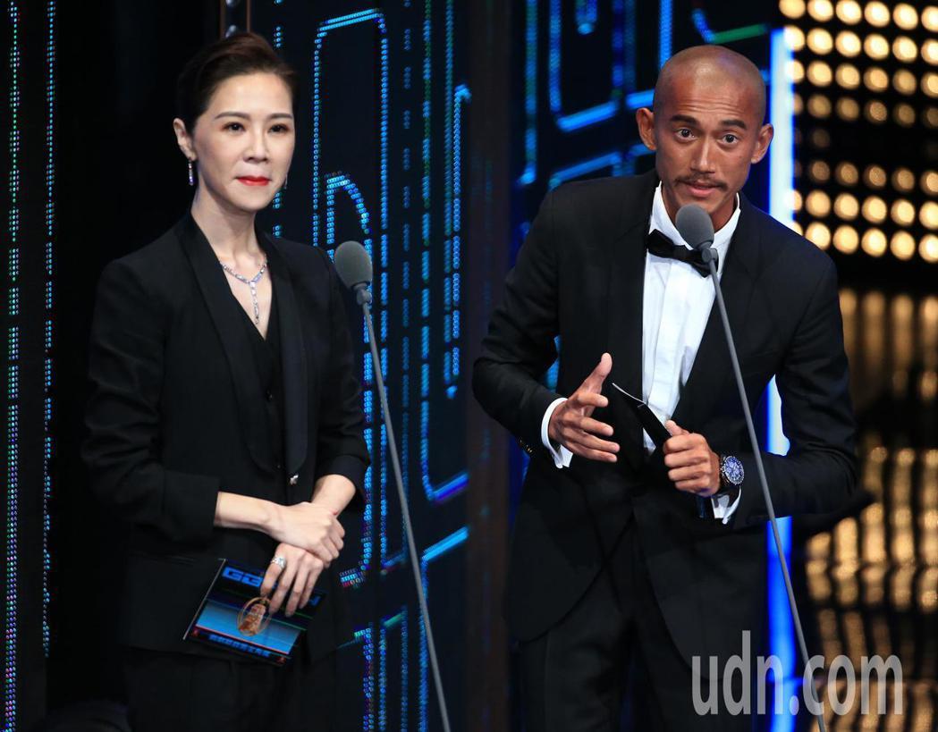 吳慷仁(右)、謝盈萱擔任頒獎人。記者林伯東/攝影