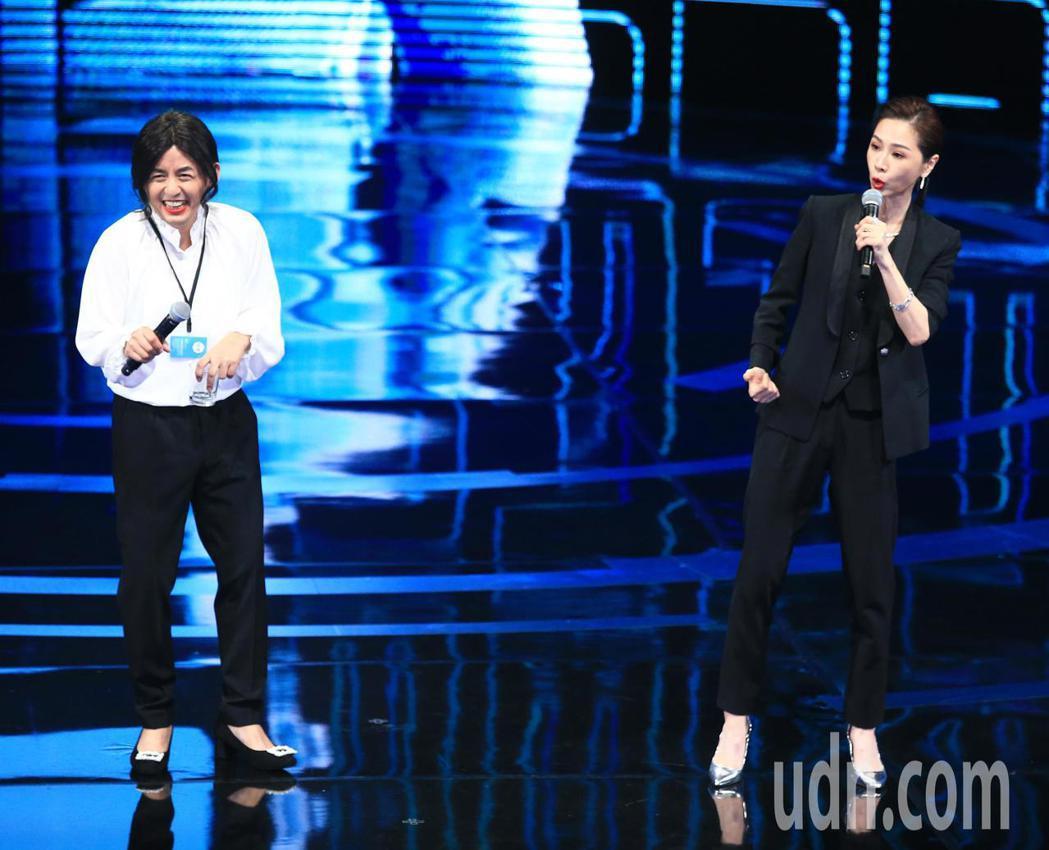 黃子佼(左)與謝盈萱串場。記者林伯東/攝影
