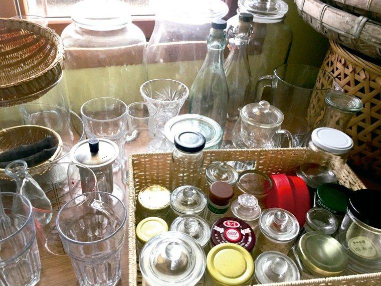 醬料瓶洗淨、撕去標籤後,還有很多再利用機會。 圖╱毒瓊珍提供