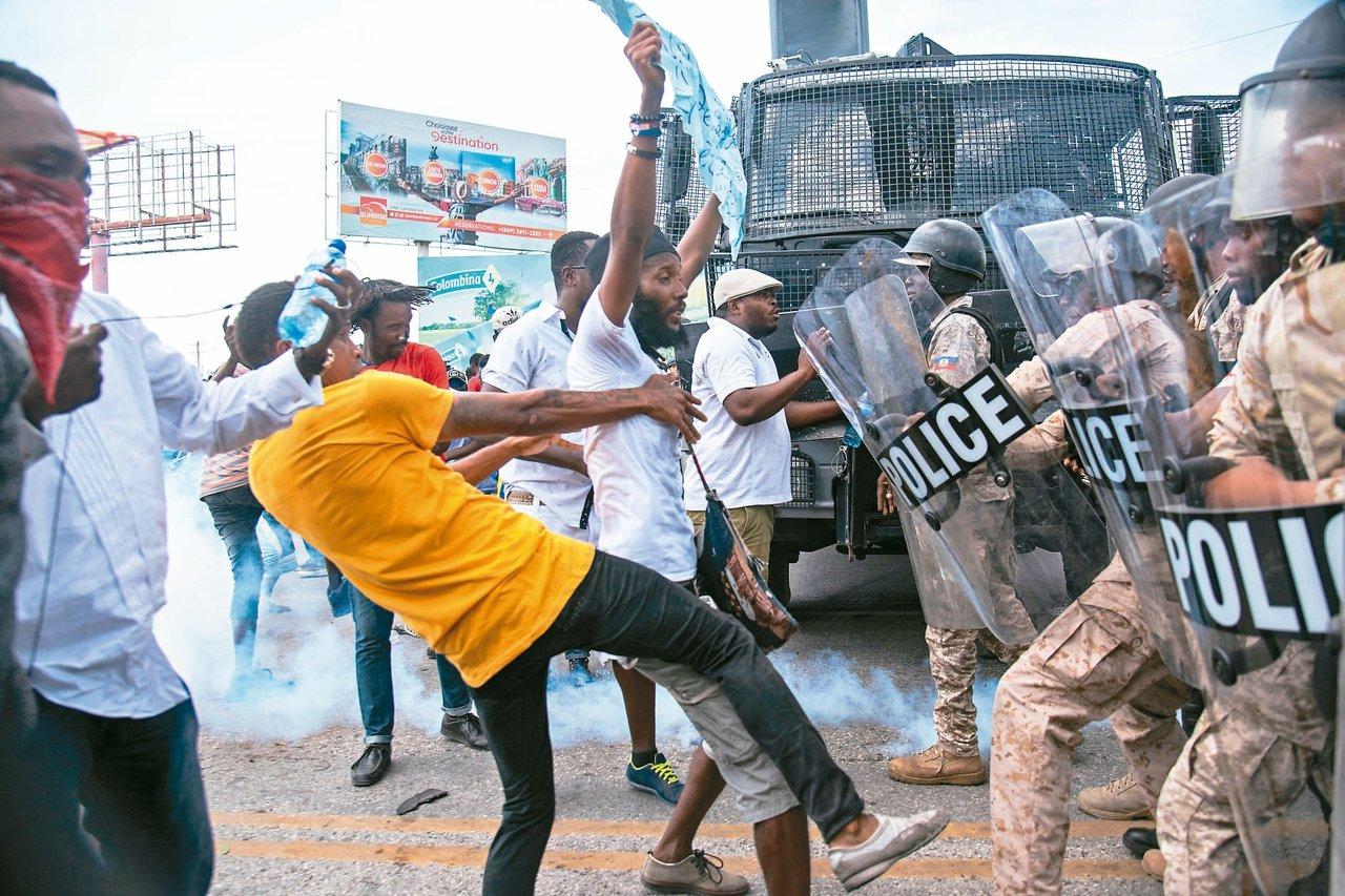 海地示威者四日在首都太子港與警方發生衝突。 (歐新社)