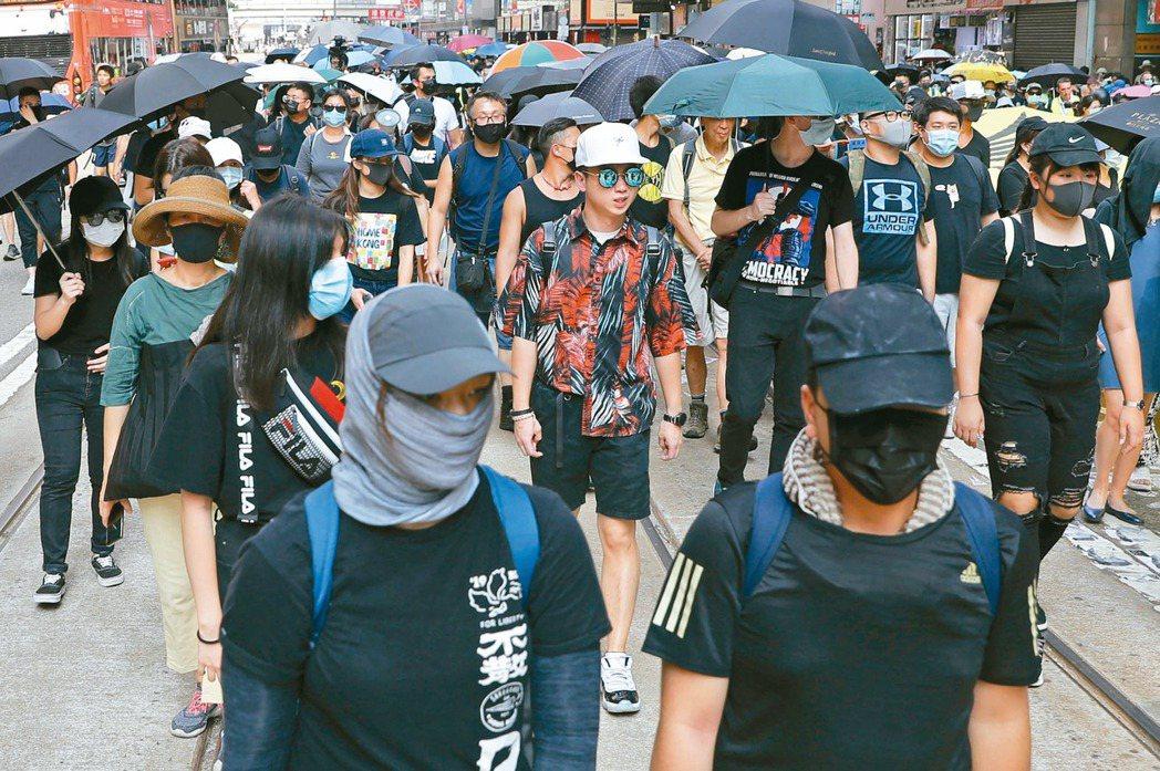 不少香港民眾在「禁蒙面法」正式生效首日,刻意戴上口罩或面罩上街抗議港府強推此法。...