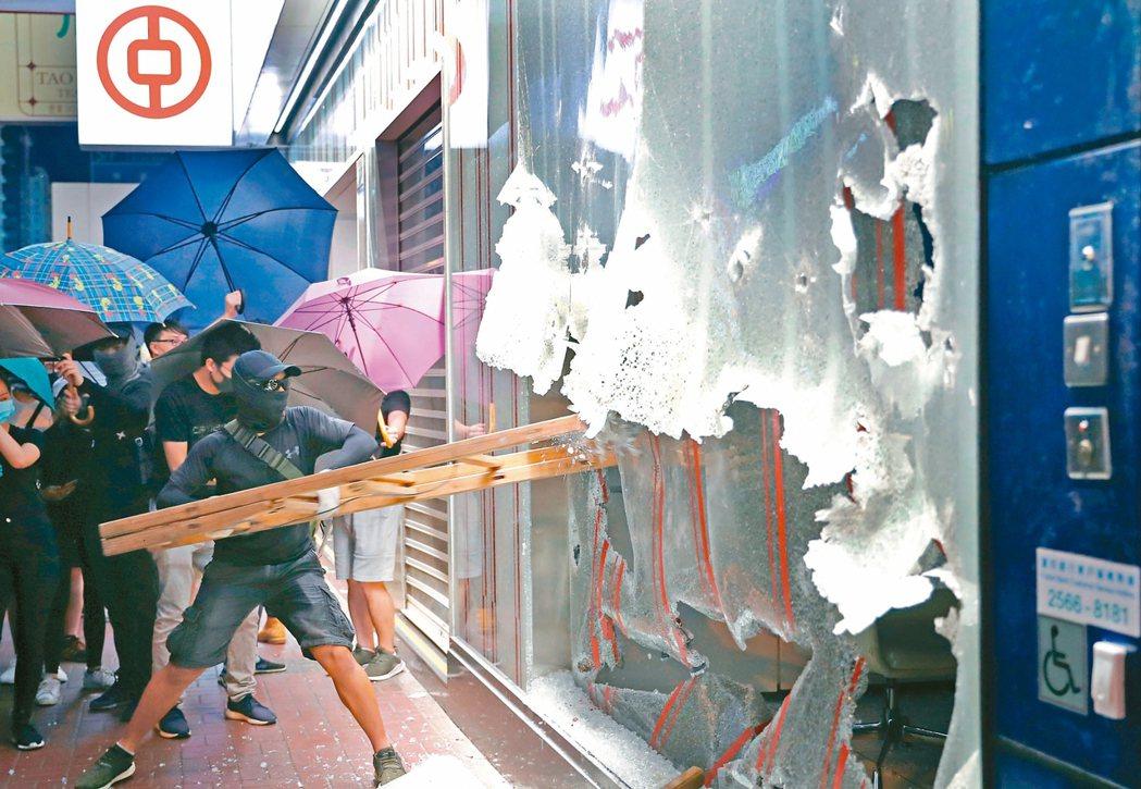 在香港行政長官林鄭月娥宣布將實施「禁蒙面法」後,四日晚間開始香港各地就爆發激烈抗...