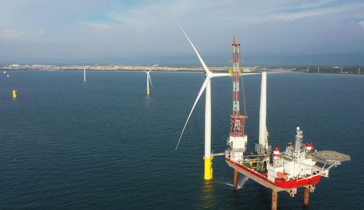 海洋風電即將商轉,為台灣離岸風電創下里程碑。圖為海洋風電二期第一支風機,海上安裝...