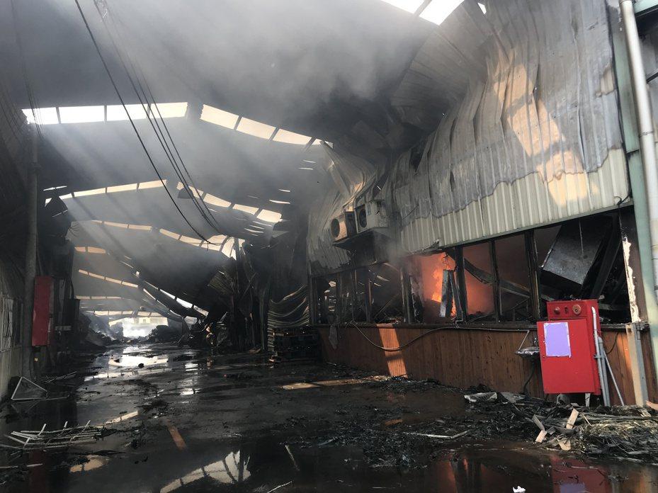 台中市大雅區一家鐵皮工廠火災,造成兩名消防員不幸殉職。圖/聯合報系資料照片