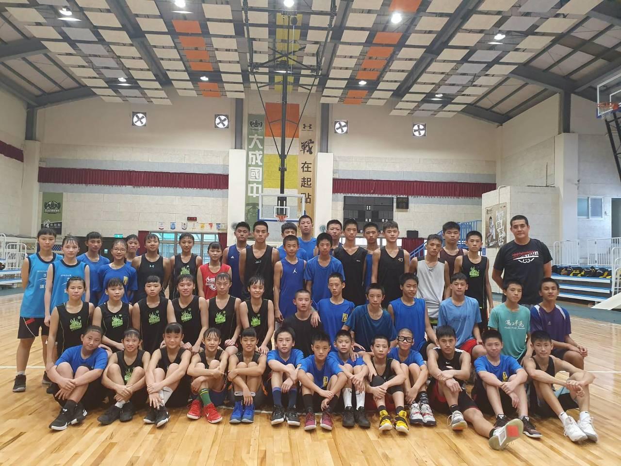 桃園市八德區大成國中12月底受邀出國參加籃球賽,不過由於非官方賽事不予補助,不少...