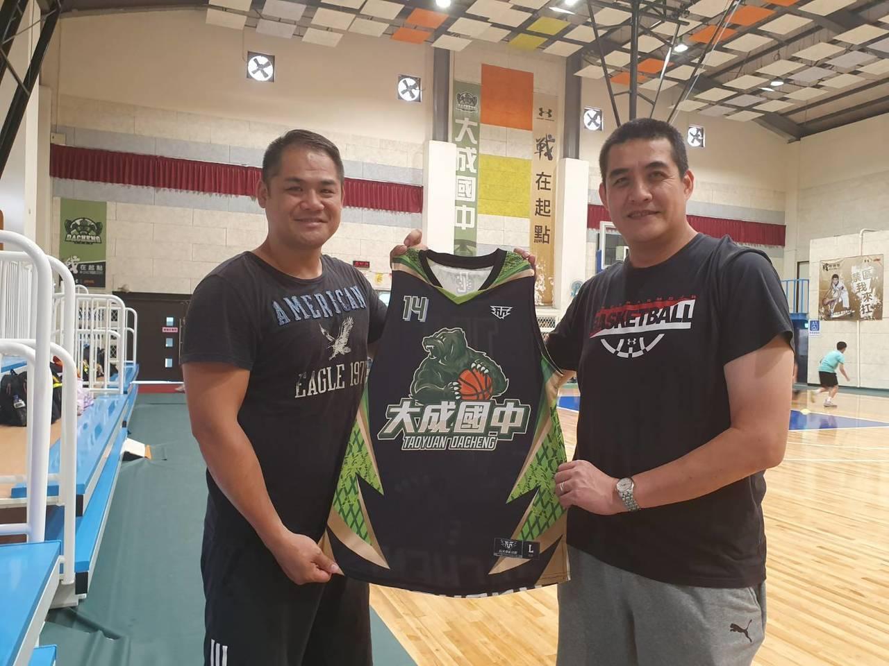 大成國中籃球校隊教練宋然診(右)說,能與國外選手切磋機會難得,希望帶學生出去見世...