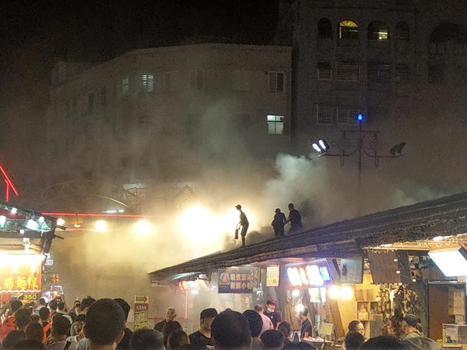 花蓮東大門夜市晚上傳出火警。 圖/翻攝自爆料公社二社