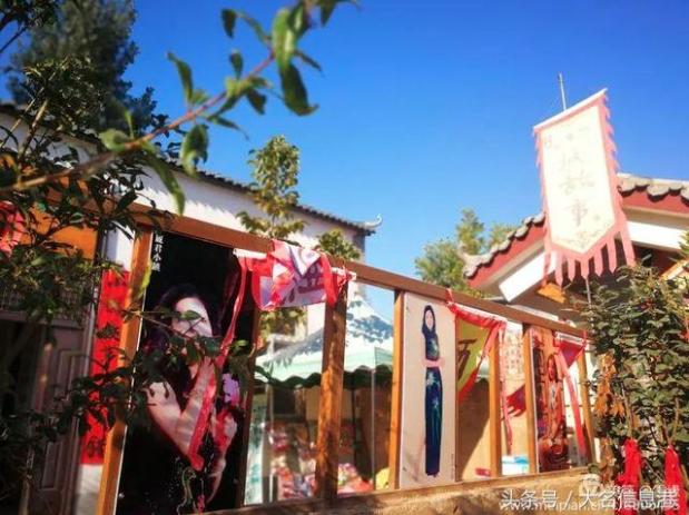 麗君小鎮主要街道,都以鄧麗君的照片和音樂介紹做布置。 (新浪微博照片)