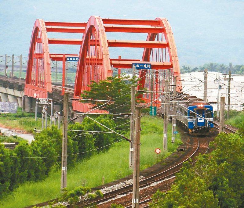 台鐵現有三座跟南方澳跨港大橋一樣,屬於鋼纜型的橋梁,圖為客城橋。 圖/台鐵局提供、翁惠平攝影