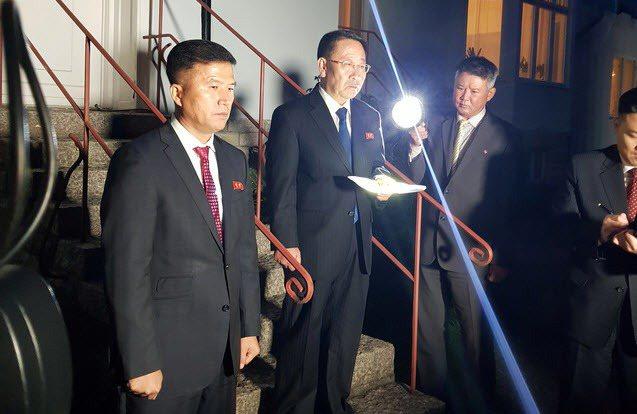 北韓首席談判代表金明吉(左二)5日在會談後宣布談判破局。 路透