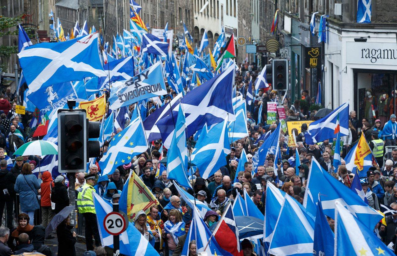 支持蘇格蘭脫離英國獨立民眾在首府愛丁堡(Edinburgh)示威遊行。 歐新社