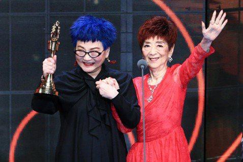 張小燕獲得第54屆金鐘獎終身成就獎,在台上還邀請94歲的媽媽一同上台,讓全場感到不已,而很少出現鏡頭前的張媽媽,身材保持得宜,讓大家都驚豔不已。張小燕這次與媽媽在金鐘獎頒獎典禮上合體,張媽媽也感謝大...