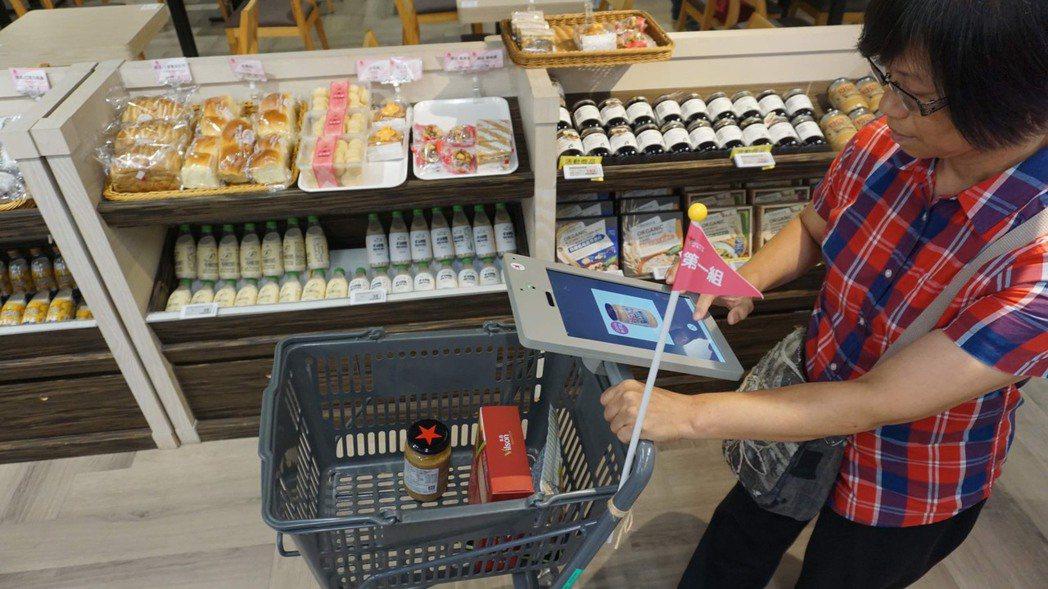 「智慧光碼照明」讓消費者能輕鬆導購定位,並即時接收特價商品的訊息。 威剛科技/提...