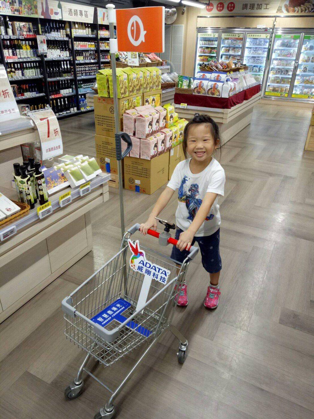 智慧商場光讓購物變簡單,讓大人小孩也能一起享受購物樂趣。 威剛科技/提供