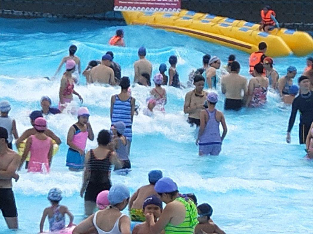 劍湖山世界主題樂園內水樂園,擁有造浪池戲水、漂漂河悠游、驚險刺激的尖叫無底洞、大...