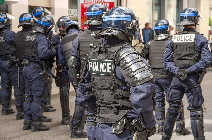 法國檢察官發現殺警兇手阿爾彭在行兇前就已成為伊斯蘭極端份子,才會有行刺慘案的發生...