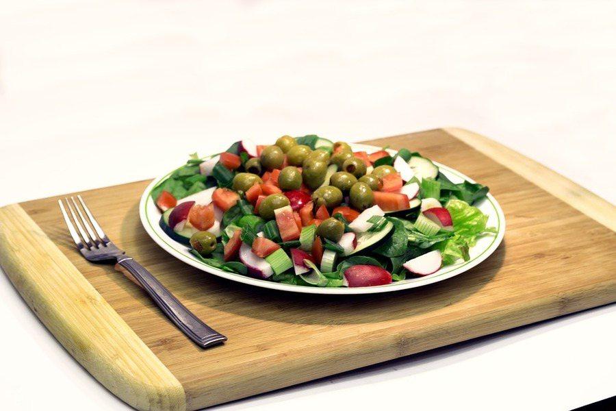 最新一項研究綜述顯示,植物性飲食對類風濕性關節炎病情改善有益。(Photo by...
