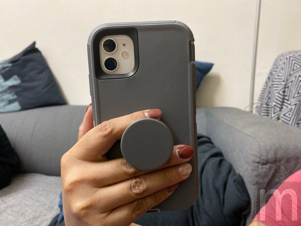 也能透過雙指夾握,讓手機拿持更穩定