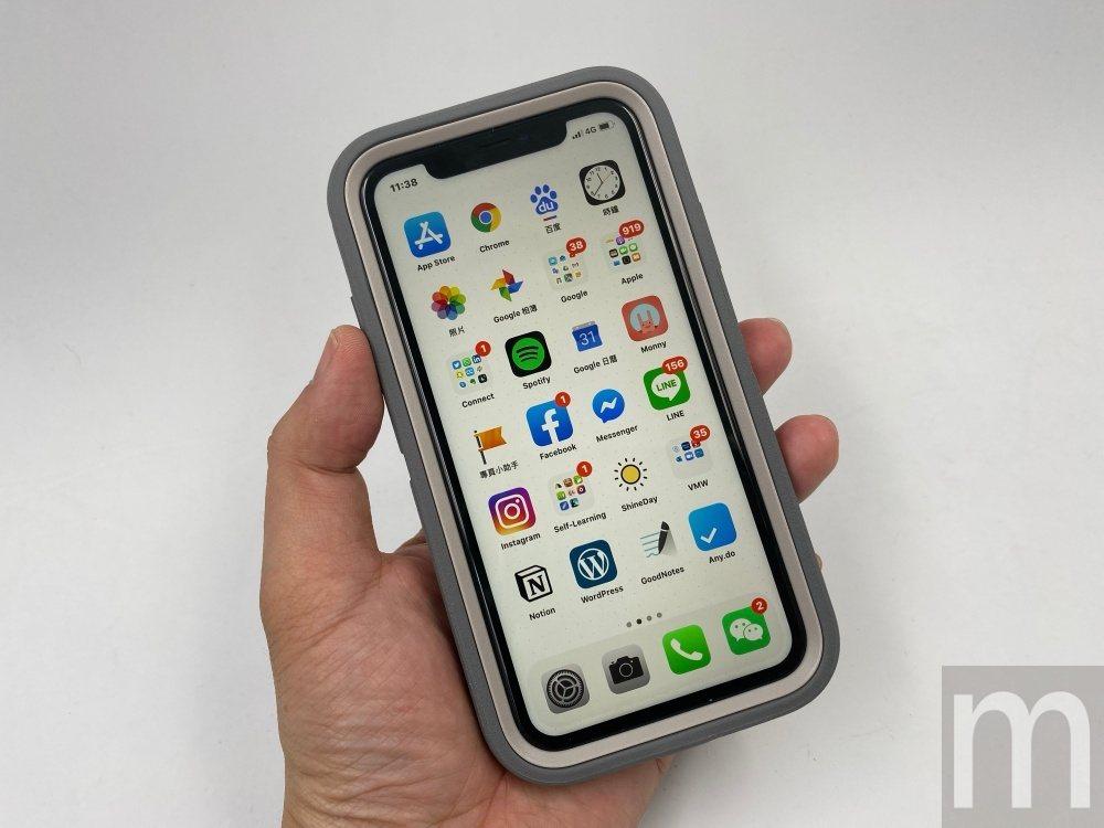 由於是Defender系列,因此安裝後的手機尺寸會明顯變大