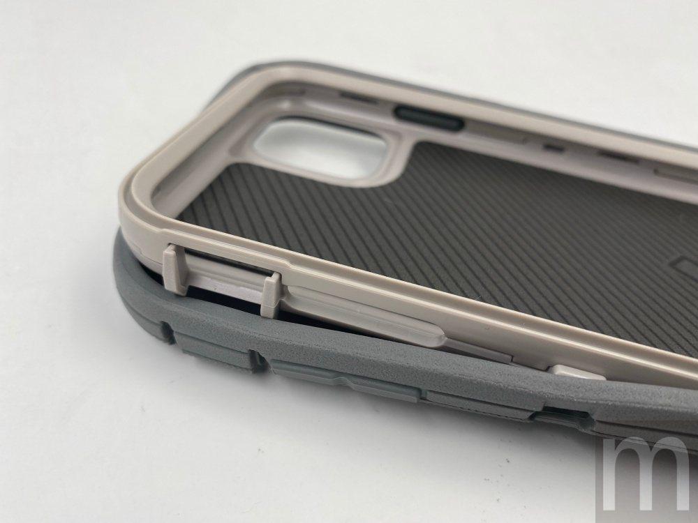 塑膠層同樣透過前後兩片將手機固定