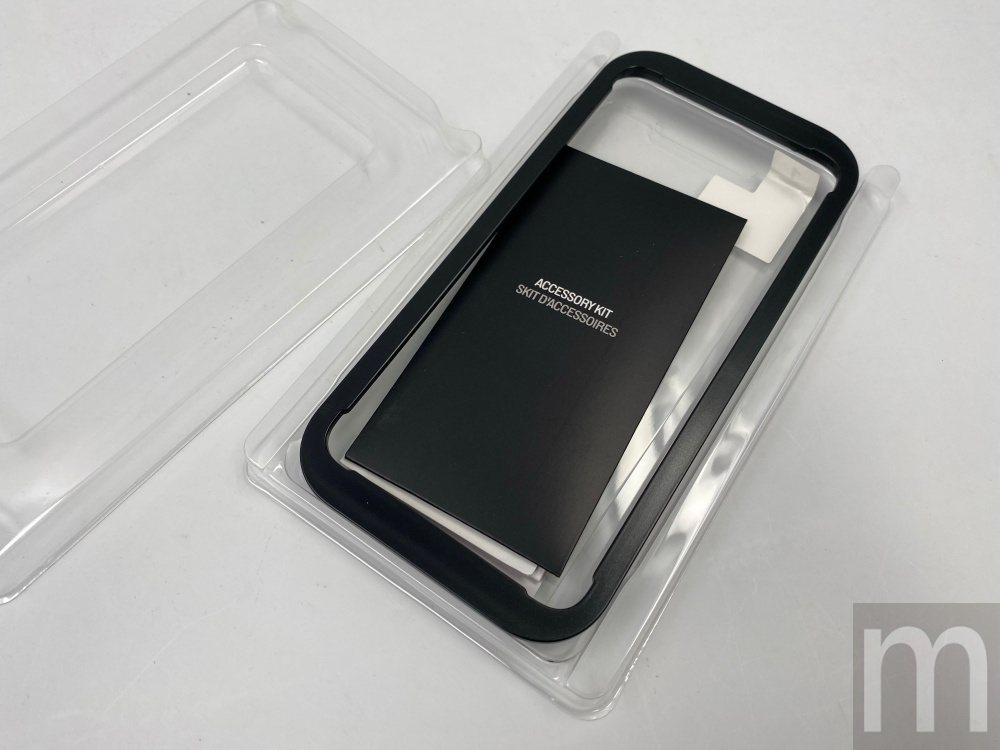 包裝內會附上輔助黏貼的框架配件