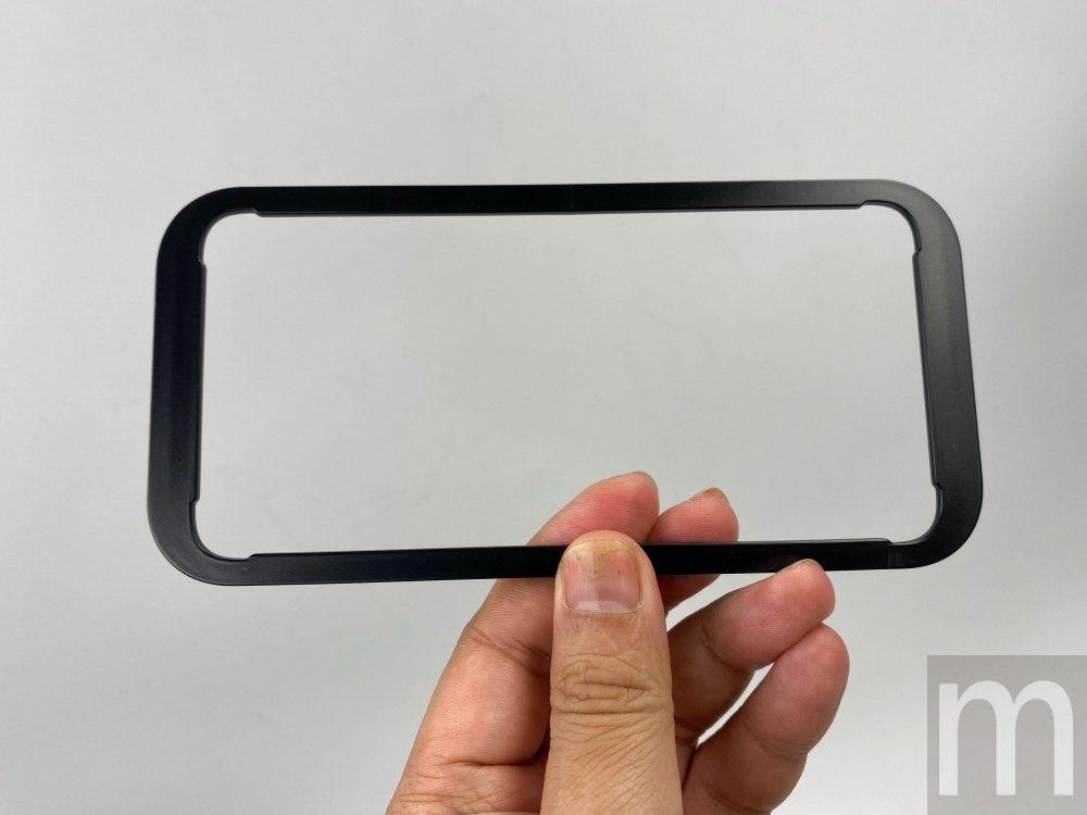 只要將輔助黏貼使用的框架配件固定在手機上,接著沿著邊框黏貼即可輕易將玻璃保護貼貼...