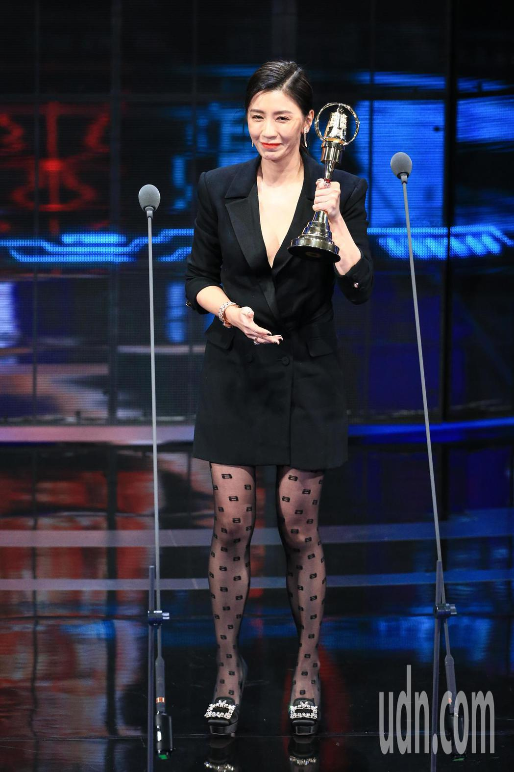 金鐘54/賈靜雯以我們與惡的距離獲得第54屆金鐘獎戲劇節目女主角獎。記者林伯東/
