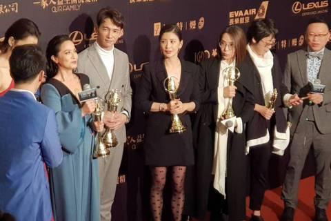 賈靜雯與溫昇豪在「我們與惡的距離」中詮釋夫妻,兩人雙雙奪得第54屆金鐘獎視后、男配角獎,在後台合體,賈靜雯直呼:「腦袋一片空白。」她透露出發前答應大女兒「梧桐妹(Angel)」不會在台上哭,「我做到...
