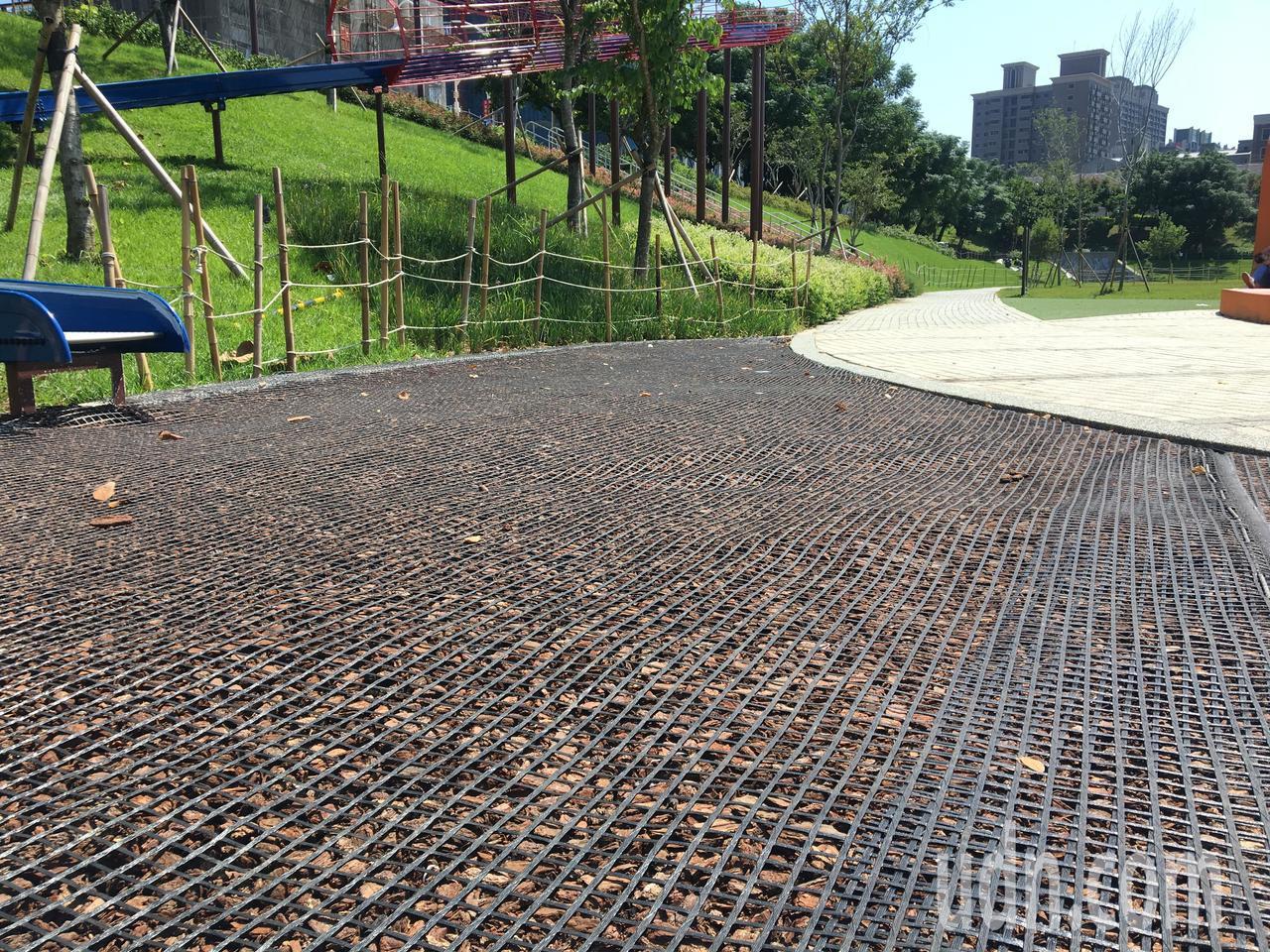 桃園區風禾公園遊戲區的木屑鋪面維護不易,每逢大雨都泡水漂散,市府養工處近日著手改...
