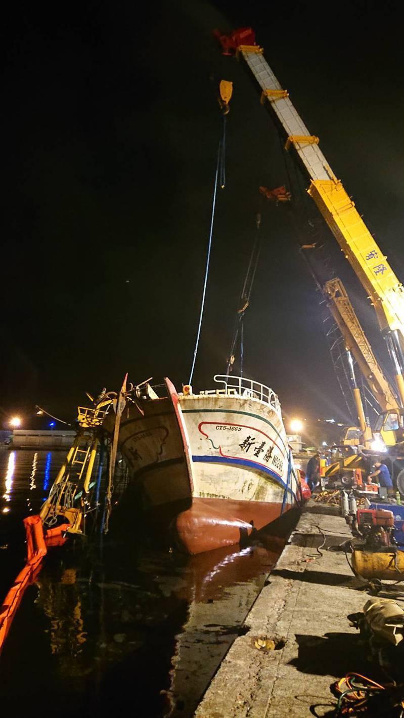 南方澳斷橋壓垮的新臺勝266號漁船在碼頭邊,原本是覆蓋水面,昨晚被扶正,經抽水排除後發現船體受損十分嚴重,無法使用。圖/港務公司提供