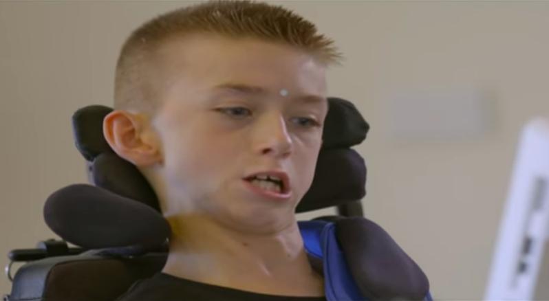 澳洲16歲少年賴利.薩班(Riley Saban)患有腦性麻痺,與父親一起打造外骨骼輔助裝置,輔助身障者能更易於活動。圖/截自YouTube