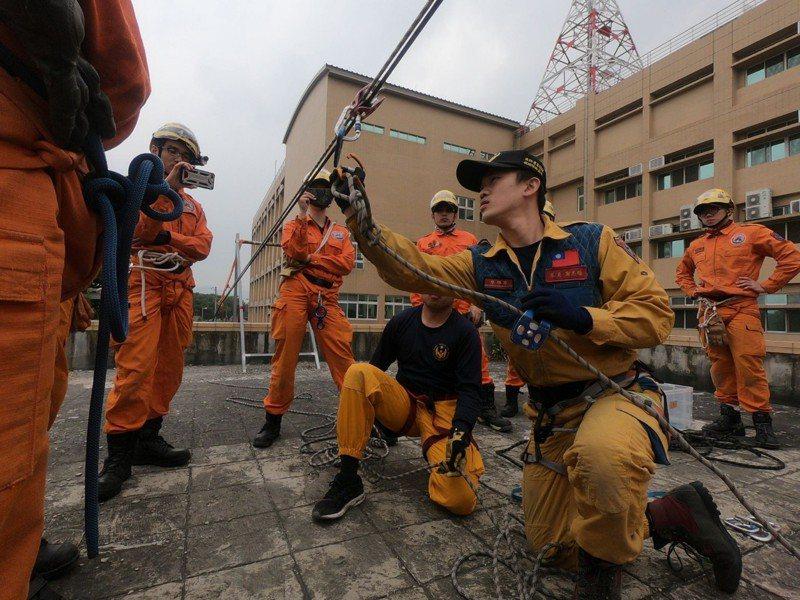 台中市消防局特搜大隊員謝志雄,專研繩索救助,當救助教官時傳承救援技能。記者游振昇/翻攝